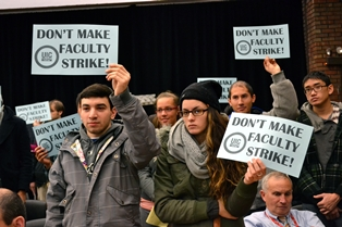 UIC students supporting strikers